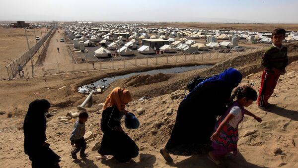 Displaced people who fled Islamic State militants from Mosul walk past at Deepaka camp in the northwest of Erbil, during an operation to attack Islamic State militants in Mosul, Iraq, October 20, 2016 - Sputnik International