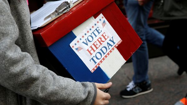 An election volunteer holds a box outside Trump Tower in the Manhattan borough of New York City, October 26, 2016 - Sputnik International