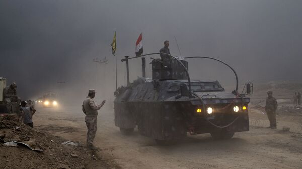 An Iraqi Federal Police vehicle passes through a checkpoint in Qayara, some 50 kilometers south of Mosul, Iraq, Wednesday, Oct. 26, 2016. - Sputnik International