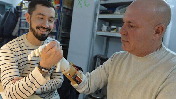 Belarussian programmist Oleg Galtsev made an electromechanical arm prosthetis for his father Sergei Galtsev - Sputnik International