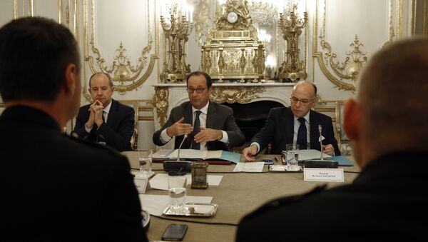 (From L) French Justice Minister Jean-Jacques Urvoas, French President Francois Hollande and French Interior minister Bernard Cazeneuve meet with representatives of the French police unions on October 26, 2016 at the Elysee presidential Palace in Paris. - Sputnik International