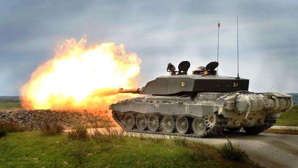 Challenger 2 tank live firing during exercise - Sputnik International