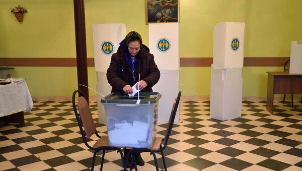 A voter casts her ballot at a polling station in Scoreni village, Moldova, on October 30, 2016. - Sputnik International