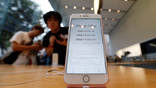 Apple's new iPhone 7 Plus is displayed at the Apple Store at Tokyo's Omotesando shopping district, Japan, September 16, 2016 - Sputnik International