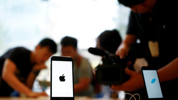 Members of the media film the new iPhone 7 at an Apple store in Beijing, China, September 16, 2016 - Sputnik International