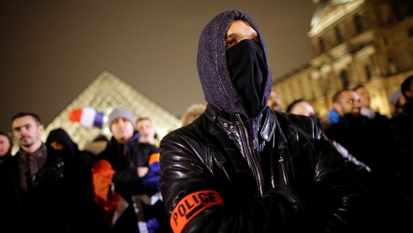 Police officers stand in front of the Louvre Pyramid designed by Chinese-born U.S. Architect Ieoh Ming Pei during a protest against anti-police violence in Paris, France, November 1, 2016. - Sputnik International