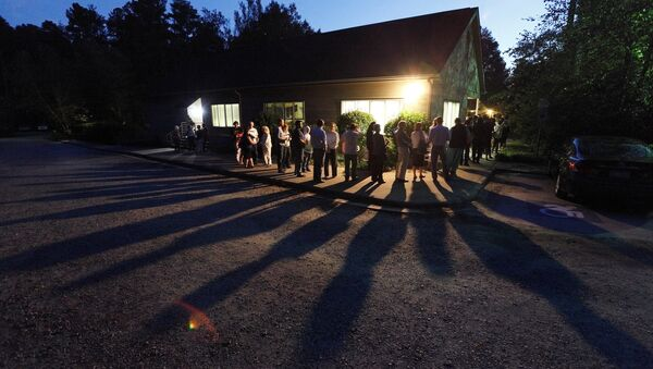 Voters cast shadows as they wait in a line at a polling station open into the evening as early voting for the 2016 general elections begins in Durham, North Carolina, U.S. on October 20, 2016 - Sputnik International
