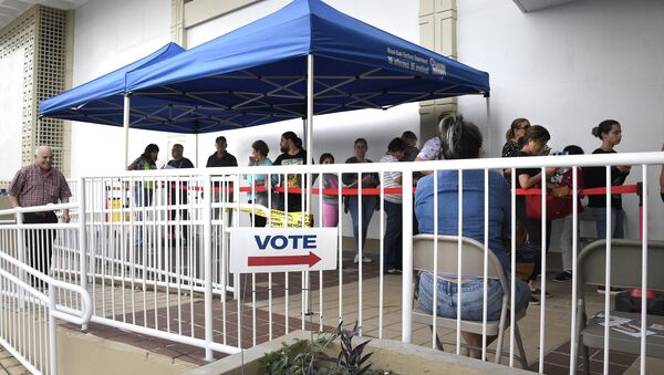 People line up to vote at an early voting polling centre in Miami, Florida on November 3, 2016. - Sputnik International