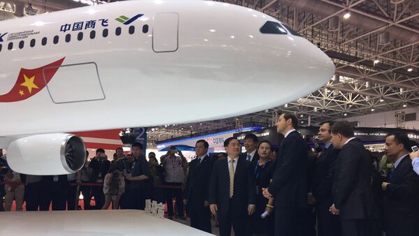 Minister of Trade and Industry of the Russian Federation Denis Manturov talks with Jin Zhuanglong, chairman of Commercial Aircraft Corporation of China (COMAC), during an unveil ceremony at an air show, the China International Aviation and Aerospace Exhibition, in Zhuhai, Guangdong Province, China, November 2, 2016.  - Sputnik International