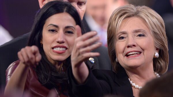 Democratic Presidential hopeful Hillary Clinton (R) gestures next to Huma Abedin - Sputnik International