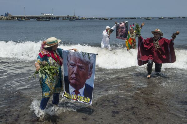 Shamans perform a ritual of predictions for the upcoming US election with posters of presidential candidates Donald Trump and Hilary Clinton at the Agua Dulce beach in Lima on November 7, 2016 - Sputnik International