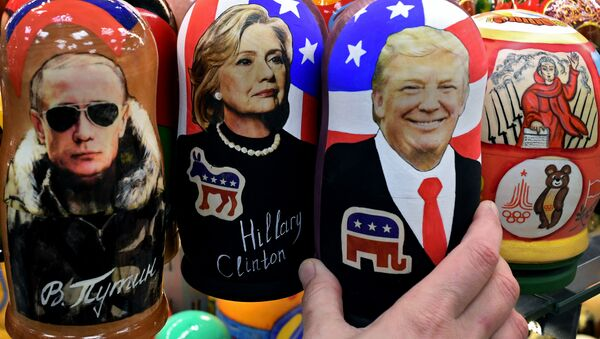 Traditional Russian wooden nesting dolls, Matryoshka dolls, depicting Russia's President Vladimir Putin, US Democratic presidential nominee Hillary Clinton and US Republican presidential nominee Donald Trump are seen on sale at a gift shop in central Moscow on November 8, 2016 - Sputnik International