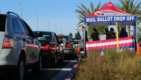 Lines of traffic wait as people vote early at the San Diego County Elections Office in San Diego, California, U.S., November 7, 2016 - Sputnik International