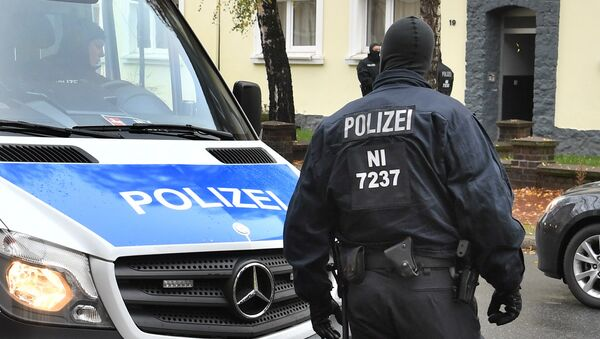 Police officers seach a residential building opposite the German-Speaking Islamic Circle Hildesheim mosque in Hildesheim, Germany, Tuesday, Nov. 8, 2016 - Sputnik International