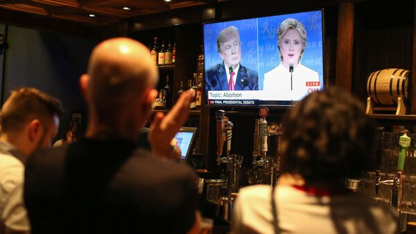 People watch the third presidential debate between presidential debate between US Democratic presidential candidate Hillary Clinton and US Republican presidential candidate Donald Trump at Murphy's Tap House in uptown Charlotte, North Carolina on October 19, 2016 - Sputnik International