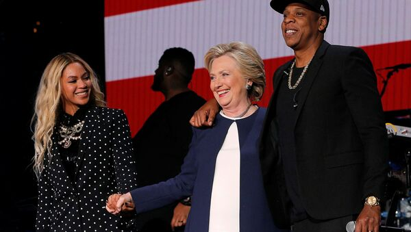 U.S. Democratic presidential nominee Hillary Clinton joins Jay Z and Beyonce onstage at a campaign concert in Cleveland, Ohio, U.S. November 4, 2016. - Sputnik International