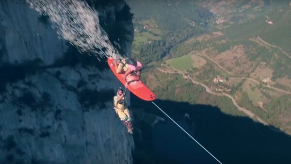 The Flying Frenchies Surf and BASE Jump From a Zipline - Sputnik International