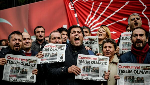 Protesters hold copies of the latest edition of the the Turkish daily newspaper Cumhuriyet as they shout slogans during a demonstration outside the newspaper's headquarters in Istanbul on November 1,2016 a day after its editor in chief was detained by police. - Sputnik International