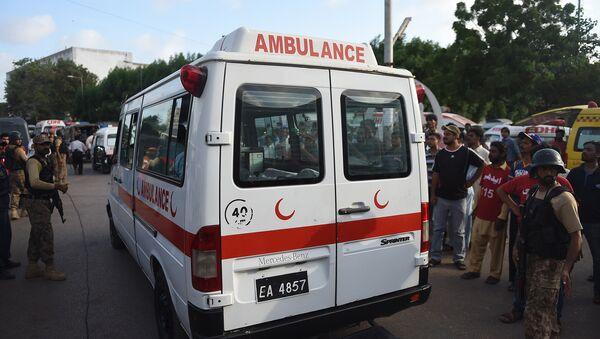 Pakistani paramilitary soldiers escort an ambulance - Sputnik International
