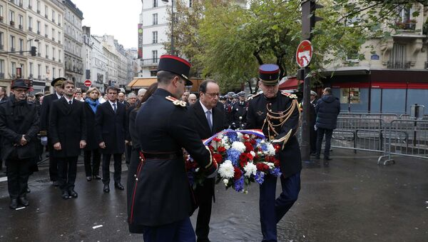 French President Francois Hollande and Paris Mayor Anne Hidalgo lay a wreath of flowers as they unveil a commemorative plaque next to the A La Bonne Biere cafe and the Rue de la Fontaine au Roi street, in Paris, France, November 13, 2016, during a ceremony held for the victims of last year's Paris attacks which targeted the Bataclan concert hall as well as a series of bars and killed 130 people - Sputnik International