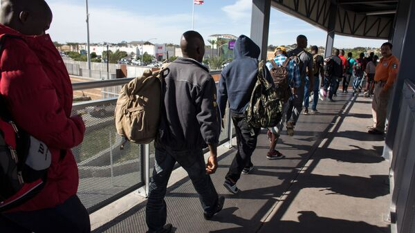 Haitian migrants seeking asylum in the United States, queue at El Chaparral border crossing in the hope of getting an appointment with US migration authorities, in the Mexican border city of Tijuana, in Baja California, on October 7, 2016 - Sputnik International