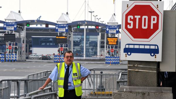 A member of the UK Border agency stands at the entrance of the Channel Ferries in Calais, northern France, on January 27, 2009 . - Sputnik International