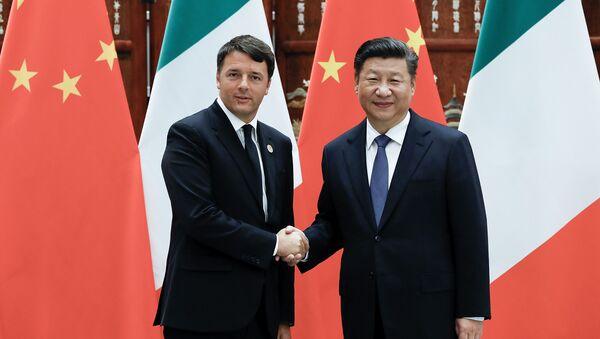 Chinese President Xi Jinping (R) shakes hands with Italian Prime Minister Matteo Renzi (L) (File) - Sputnik International
