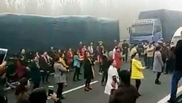 Chinese women dance in a traffic jam - Sputnik International