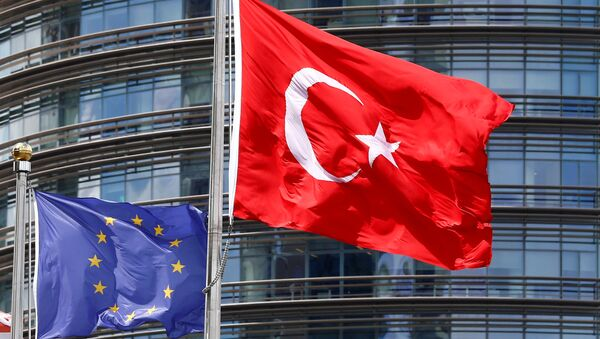 A European Union (L) and Turkish flag fly outside a hotel in Istanbul, Turkey, May 4, 2016. - Sputnik International