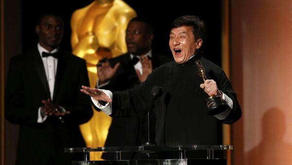 Актер Джеки Чан с Оскаром, полученным за вклад в кинематограф - Sputnik International