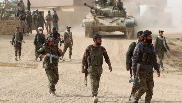 Shiite fighters from the Hashed al-Shaabi (Popular Mobilisation Units) enter the village of Abu Shuwayhah, south of jihadist-held Mosul, on November 1, 2016 - Sputnik International