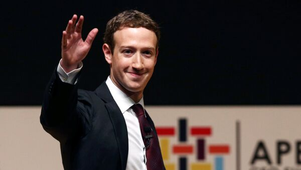 Facebook founder Mark Zuckerberg waves to the audience during a meeting of the APEC (Asia-Pacific Economic Cooperation) Ceo Summit in Lima, Peru, November 19, 2016 - Sputnik International