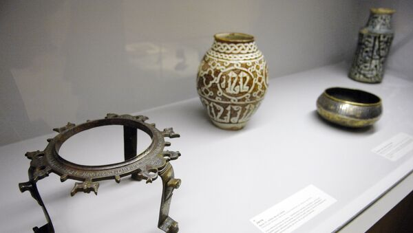 A tripod (L) (Iran, end of the 12th century-begining of the 13th) (file) - Sputnik International