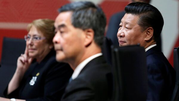 Chile's President Michelle Bachelet (L), China's President Xi Jinping (R) and Hong Kong Chief Executive Leung Chun-ying sit together during the APEC (Asia-Pacific Economic Cooperation) Summit in Lima, Peru - Sputnik International