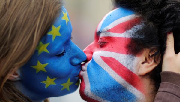 Two activists with the EU flag and Union Jack painted on their faces kiss each other in front of Brandenburg Gate to protest against the British exit from the European Union, in Berlin, Germany, June 19, 2016.  - Sputnik International