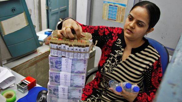 A cashier stacks Indian currency notes inside a bank in Chandigarh, India, November 19, 2016 - Sputnik International