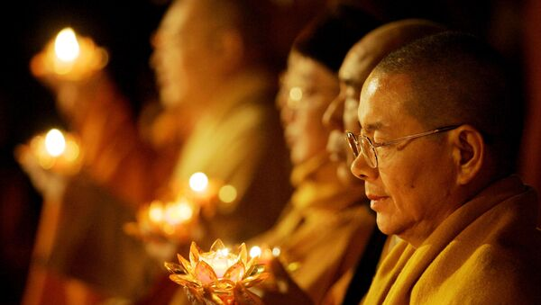 Buddhist monks hold candles during Transmission of Lamp as part of the World Buddhist Forum at Puji Monastery Saturday April 15, 2006 in Mount Putuo, China - Sputnik International