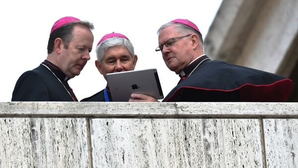 Bishops looks at the screen of a tablet as they await the arrival of the Pope for the Synod on the family at the Vatican on October 15, 2015. - Sputnik International