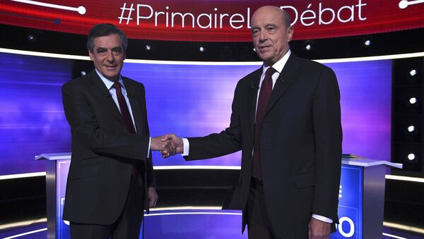 French politicians Alain Juppe (R) and Francois Fillon shake hands as they arrive to attend the third prime-time televised debate as they campaign in the second round for the French center-right presidential primary election in Paris, France, November 24, 2016 - Sputnik International