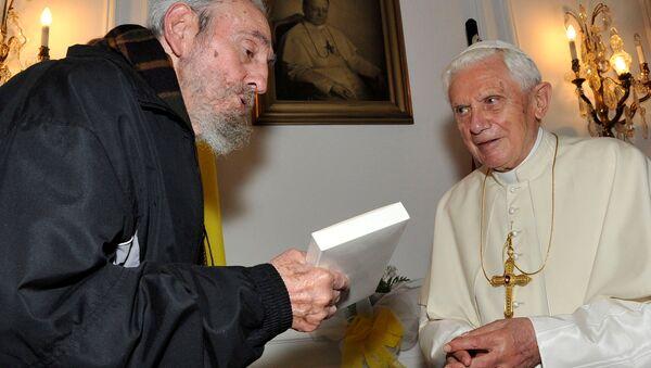 Pope Benedict XVI meets former Cuban leader Fidel Castro in Havana in this March 28, 2012 file photo - Sputnik International