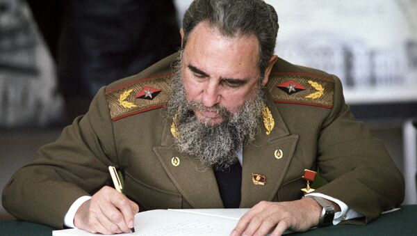 Fidel Castro, First Secretary of the Communist Party of Cuba, President of the State Council and the Council of Ministers of Cuba, head of delegation of Cuban communists at XXVII convention of CPSU making a record in the distinguished visitors' book at the main architectural and design department of Moscow - Sputnik International