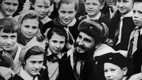 Fidel Castro meeting with school students in Murmansk, 1963 - Sputnik International