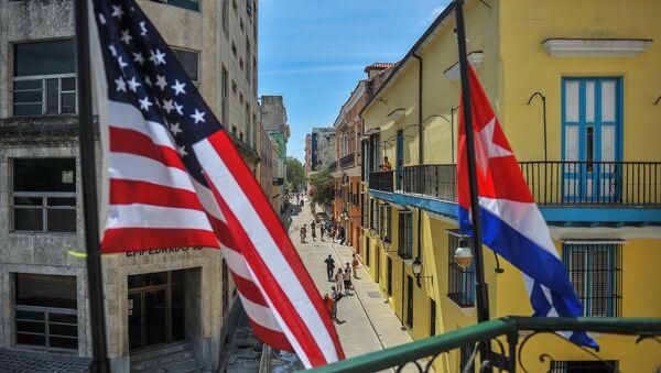 Cuban and US flags are seen outside the private restaurant La Moneda Cubana in Havana on March 17, 2016 - Sputnik International