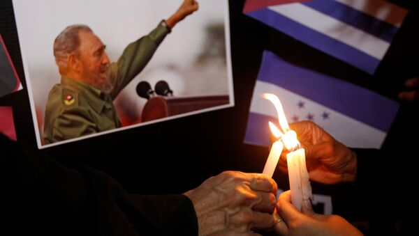 People place candles beside a picture of Fidel, as part of a tribute, following the announcement of the death of Cuban revolutionary leader Fidel Castro, in Tegucigalpa, Honduras November 26, 2016 - Sputnik International