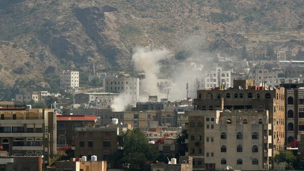 Dust rises from the site of an explosion during clashes between Houthi fighters and pro-government fighters in southwestern city of Taiz, Yemen - Sputnik International