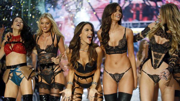 Модели на показе мод в рамках шоу Victoria's Secret 2016 в Париже - Sputnik International