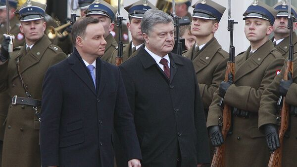 Polish President Andrzej Duda,left, and the president of Ukraine Petro Poroshenko inspect a guard of honor during the official welcome ceremony at the Presidential Palace in Warsaw, Poland, Friday, Dec. 2, 2016 - Sputnik International
