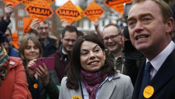 Liberal Democrats winner of the Richmond Park by-election, Sarah Olney, celebrates her victory with party leader Tim Farron on Richmond Green in London, Britain December 2, 2016. - Sputnik International