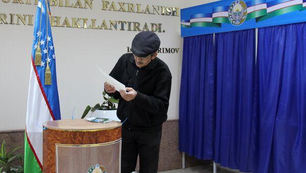 A man studies his ballot during the presidential election in Tashkent, Uzbekistan, December 4, 2016 - Sputnik International