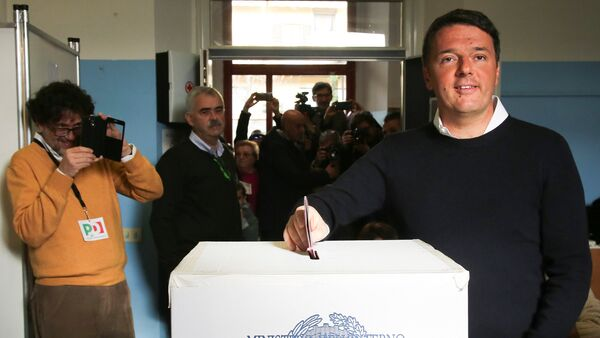 Italian Prime Minister Matteo Renzi casts his vote for the referendum on constitutional reform, in Pontassieve, near Florence, northern Italy December 4, 2016 - Sputnik International